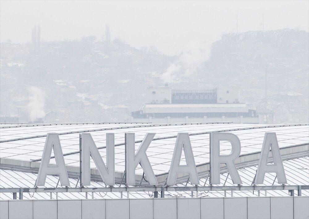 Ülke genelinde etkili olan soğuk hava yağışlı hava Ankara'da gece kendini kar yağışı olarak gösterdi.