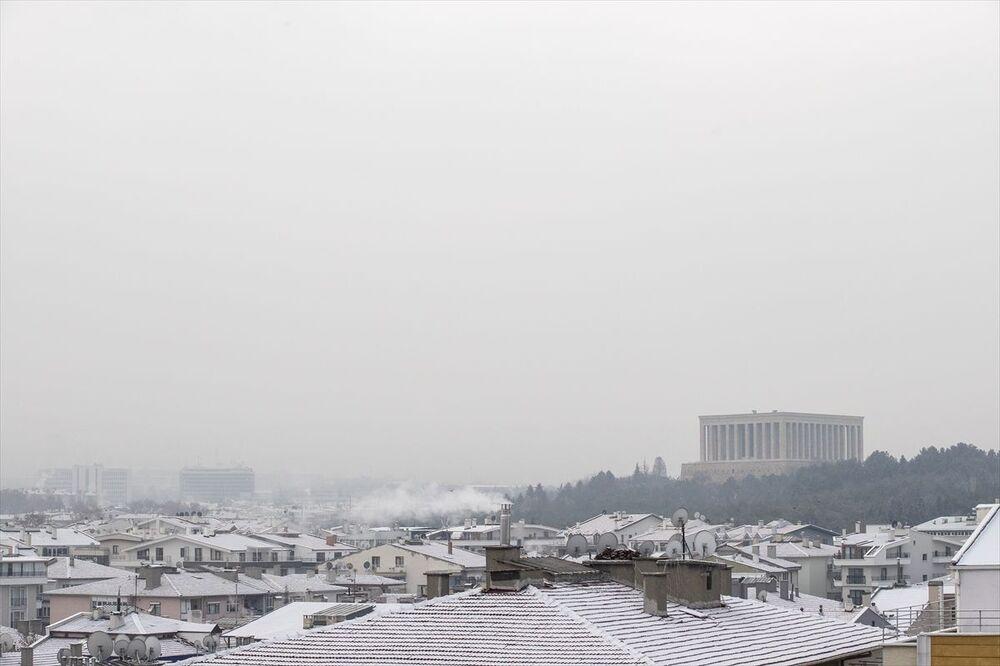 Ankara'da sabaha karşı başlayan kar yağışı kent genelinde etkili oldu.
