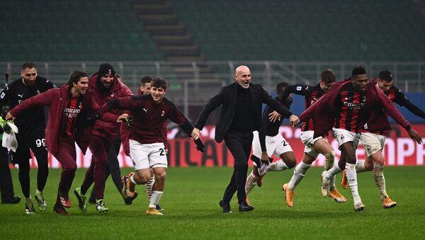 AC Milan oyuncuları ve teknik direktör Stefano Pioli - Sputnik Türkiye