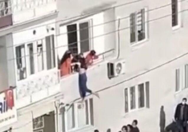 Balkondan atlamaya çalışan kızı babası kurtardı
