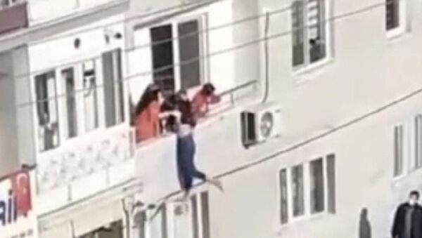 Balkondan atlamaya çalışan kızı babası kurtardı - Sputnik Türkiye