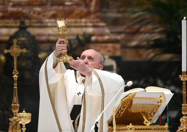 Katolik dünyasının ruhani lideri Papa Francis, koronavirüs kısıtlamaları nedeniyle erken düzenlendiği Noel ayinde yoksullar için yardım çağrısında bulundu.