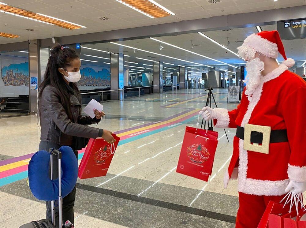 Animatör Noel Baba yolculara mutlu yıllar dileklerinde bulundu.