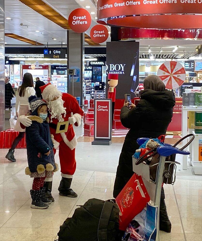 Yolculardan bazıları Noel baba ile hatıra fotoğrafı çektirdi.