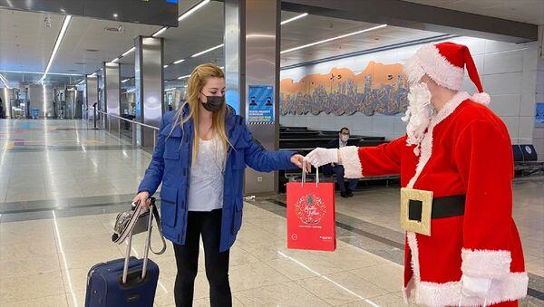 Sabiha Gökçen Havalimanı – Noel Baba – hediye –  - Sputnik Türkiye