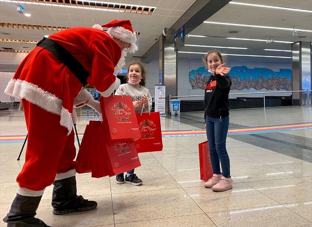 Terminal işletmecisi İSG ve Durfy Duty Free işbirliğinde yapılan hediye dağıtımına özellikle çocuklar büyük ilgi gösterdi.