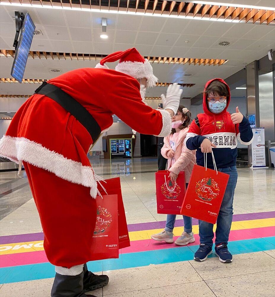 İstanbul Sabiha Gökçen Uluslararası Havalimanı'nda yurt dışından gelen yolcular, yeni yıl hediyeleriyle karşılandı.