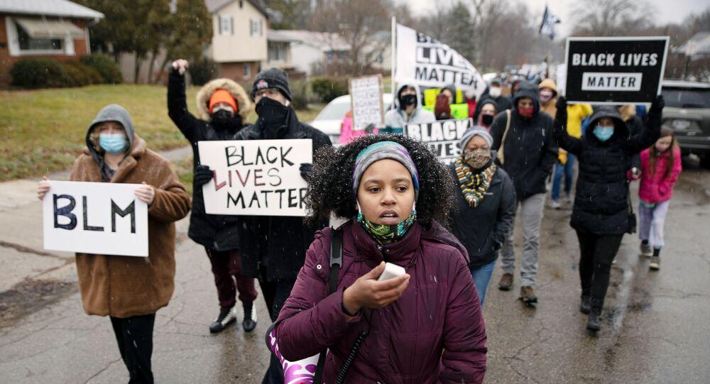 Polisin silahsız siyah yurttaş Andre Maurice Hill'i öldürdüğü mahallede Black Lives Matter (Siyah Yaşamlar Önemlidir) protestosu, Columbus, Ohio, ABD