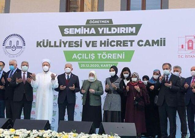 Eski Başbakan ve AK Parti İzmir MilletvekiliBinali Yıldırım'ın eşiSemiha Yıldırımadına İstanbul'un Kartal'da Öğretmen Semiha Yıldırım Külliyesi ve Hicret Camisi inşa edildi.