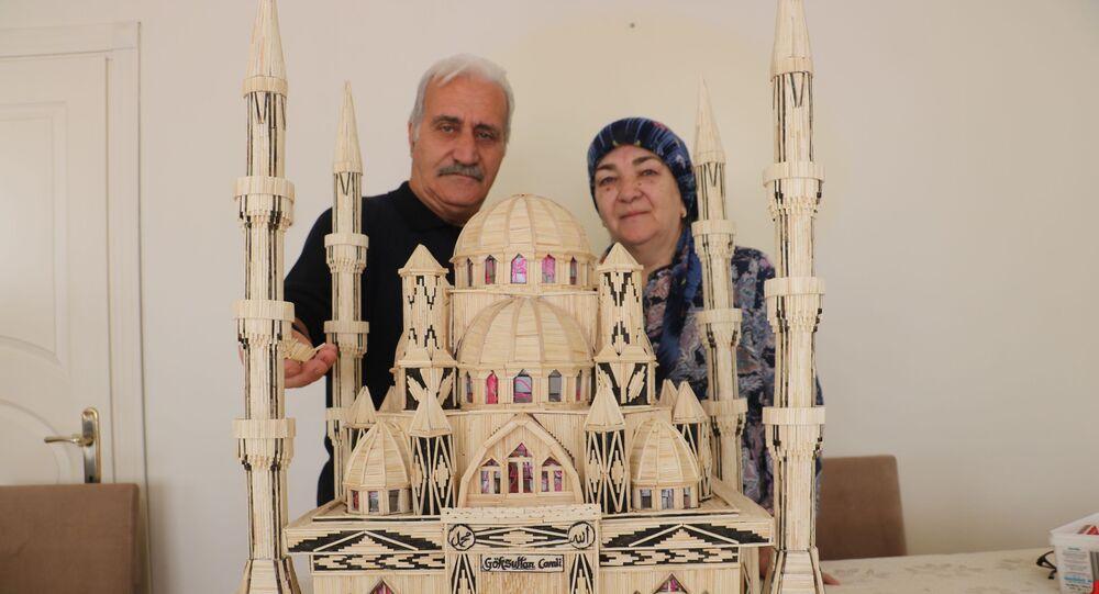 Sivas'ta 68 yaşındaki Nazım Bali'nin eşi için 52 bin 300 kibrit çöpü kullanarak 7 ay 3 günde yaptığı cami maketi görenleri hayran bırakıyor.