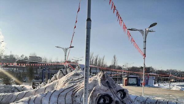 Belediyesi personelinin biriken karlardan yaptığı Van Gölü canavarı - Sputnik Türkiye