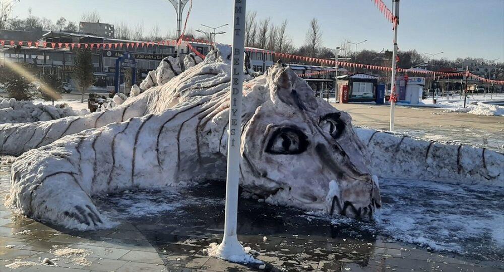 Belediyesi personelinin biriken karlardan yaptığı Van Gölü canavarı