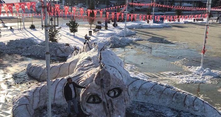 Edremit Belediyesi personelinin biriken karlardan yaptığı Van Gölü canavarı