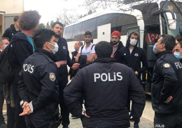Çorlu Belediyesi ile Mersin Büyükşehir Belediyesi takımları arasında, pandemi tedbirleri nedeniyle seyircisiz oynanan basketbol maçının sonunda olaylar çıktı. Polis olayları biber gazı sıkarak yatıştırdı.