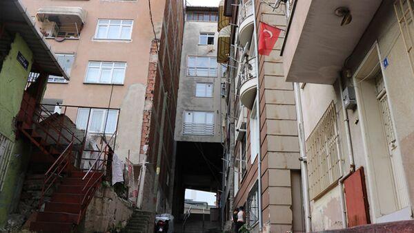 Samsun'da 5 katlı apartmanın altından sokak geçtiğini gören vatandaşlar şaşkınlığını gizleyemiyor. - Sputnik Türkiye