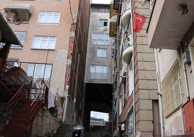 Samsun'da 5 katlı apartmanın altından sokak geçtiğini gören vatandaşlar şaşkınlığını gizleyemiyor. Apartmanda yaşayanlar, çok soğuk olduğunu ve doğal gaz faturalarının fazla gelmesinden şikayetçi.