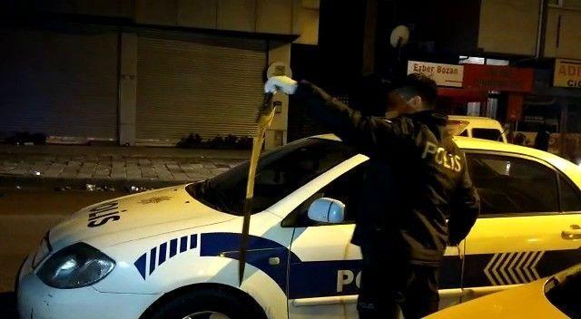 Ataşehir'de bir şahıs taksi durağına gelerek taksicilere kılıç ile saldırdı. Taksi durağının camlarını kıran Emrah isimli şahsı taksiciler döverek hastanelik etti.