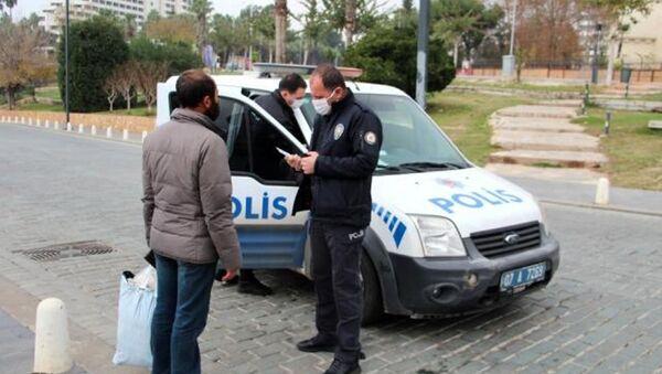 Gidecek yeri olmayan vatandaşa ceza kesen polis - Sputnik Türkiye