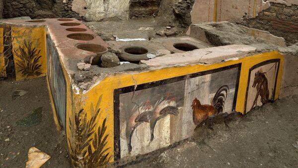 Pompeii'de ortaya çıkarılan fast food restoranın atasında, parlak renkli fresklerle süslenmiş dairesel bir tezgah bulunuyor. - Sputnik Türkiye