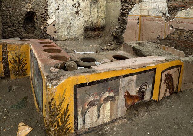 Pompeii'de ortaya çıkarılan fast food restoranın atasında, parlak renkli fresklerle süslenmiş dairesel bir tezgah bulunuyor.