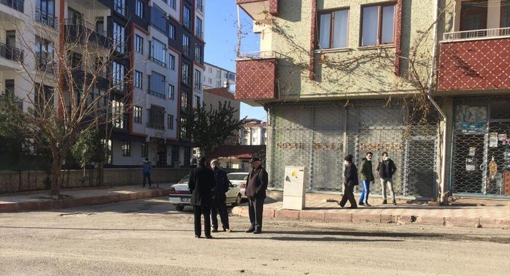 Afet ve Acil Durum Yönetimi Başkanlığı (AFAD), saat 09.37'de merkez üssü Elazığ olan 5,3 büyüklüğünde deprem meydana geldiğini açıkladı. Depremin ardından Elazığ merkezde vatandaşlar sokağa çıktı.