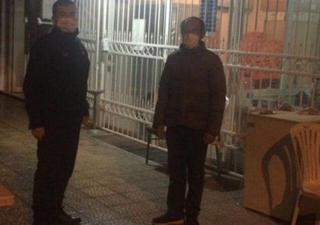 Antalya'da yeni tip koronavirüs (Kovid-19)tedbirleri kapsamında sokağa çıkma kısıtlamasıylailgilidenetimlerde, gidecek yeri olmadığını söylediği halde ceza kesilen Ali Çiftçi, Ankara'da kimsesizler misafirhanesine yerleştirildi.