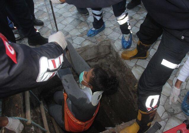 Hamile kadın hastanede kanalizasyona düştü