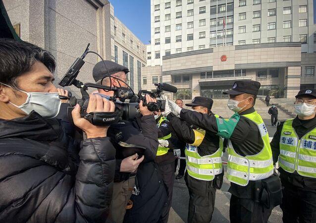 Vuhan kentinde ortaya çıkan yeni tip koronavirüs (Kovid-19) salgınıyla ilgili haberler yapan Çinli gazeteci Cang Can'ın yargılandığı mahkeme