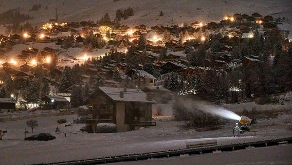 İsviçre'nin Valais Kantonu'ndaki Bagnes Belediyesi'ne bağlı Verbier köyünde aralık ayında kayak sezonunun resmen açılmasıyla birlikte kar yapma makinesi çalışırken - Sputnik Türkiye