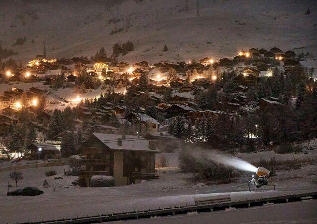 İsviçre'nin Valais Kantonu'ndaki Bagnes Belediyesi'ne bağlı Verbier köyünde aralık ayında kayak sezonunun resmen açılmasıyla birlikte kar yapma makinesi çalışırken