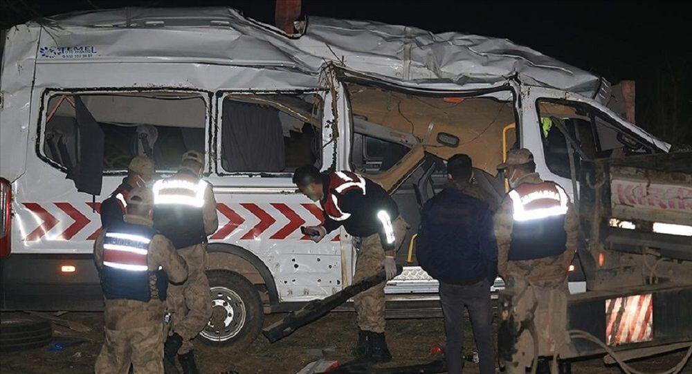 Sağlık personelini taşıyan minibüs devrildi