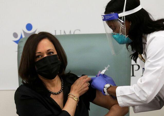 ABD başkan yardımcılığına seçilen Kamala Harris, Kovid-19 aşısı oldu