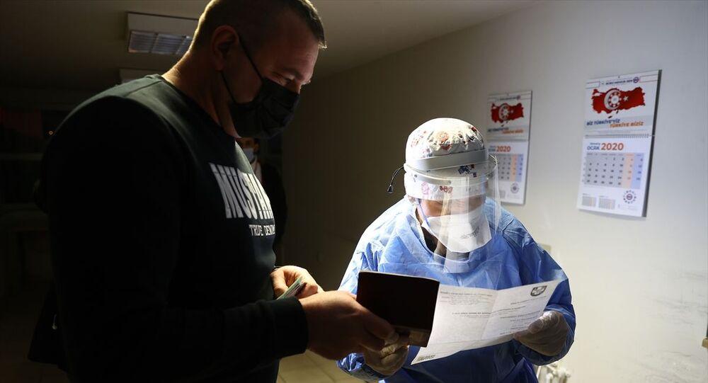 Yurt dışından gelenlere PCR testi ibrazı zorunluluğu uygulaması hudut kapılarında başladı. Gece yarısından sonra başlatılan uygulama kapsamında Edirne Sağlık Müdürlüğü ekipleri Kapıkule Sınır Kapısı'ndan Türkiye'ye giriş yapmak üzere gümrük sahasına gelen yolcuların PCR test sonuçlarını kontrol etti.
