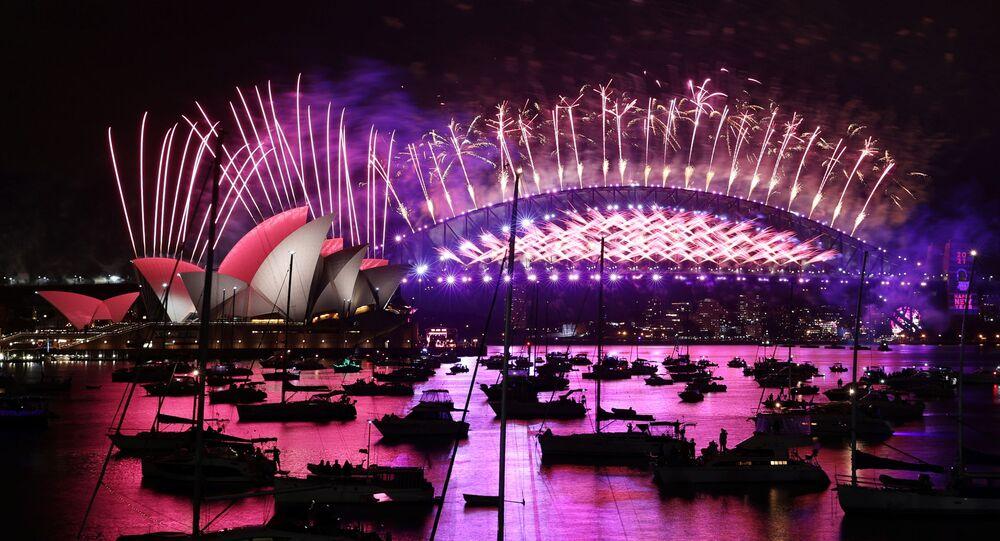 2021'e ilk giren ülkelerden biri olan Avustralya'da Sidney kentinin sembolü Opera Binası'nın önünde geleneksel havai fişek gösterisi yapıldı, ama buna sadece limandaki boş tekneler tanık oldu. Avustralyalılar evde TV'denizledi.