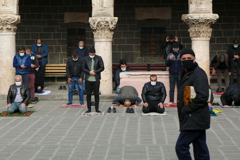 Diyarbakır'da da cuma namazı için evlerinden çıkan vatandaşlar, kendilerine yakın camilere gitti.