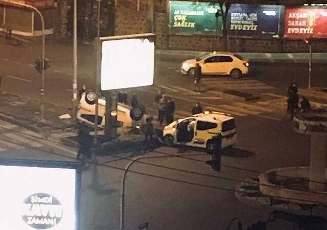 Diyarbakır'da, kısıtlama saatinde kavşağa süratle giren taksiciler, bomboş yolda kafa kafaya çarpıştı, 2 kişi yaralandı.