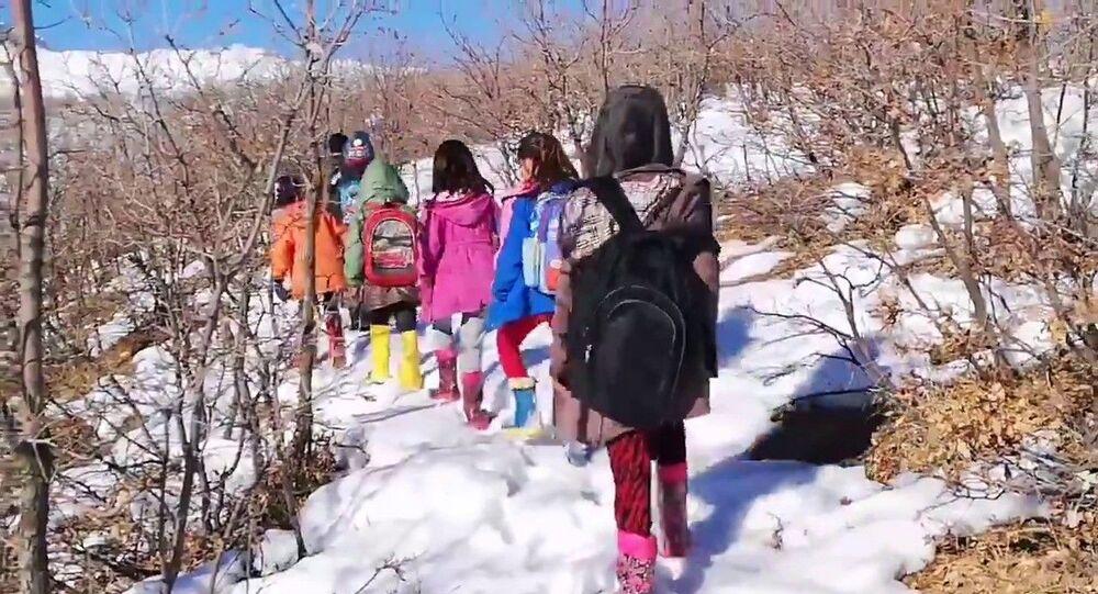 Siirt'in Pervari ilçesine bağlı Doğan köyünde yaşayan öğrenciler EBA TV'ye bağlamak için soğuk havada saatlerce şebekenin çektiği yere kadar yürüyerek ders işledi.
