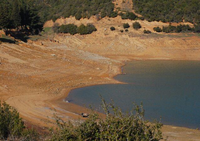 Edirne'nin Keşan ilçesinde, şehrin su ihtiyacının büyük bölümü karşılayan Kadıköy Barajı'nda yüzde 8 doluluk kaldı. Yağışın olmaması ile birlikte gitgide azalan barajdaki suyun en fazla 1-2 ay daha şehrin ihtiyacını karşılaması öngörülürken, yetkililer Keşanlılar'ı su tasarrufuna çağırdı.