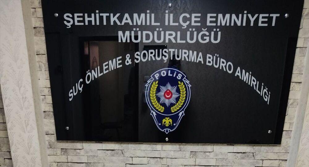 Gaziantep'te evini silah atölyesine çeviren zanlı gözaltına alındı. Operasyonda, 2'si kurusıkı 7 tabanca ve çeşitli aparatlar ile çok sayıda silah parçası ele geçirdi.