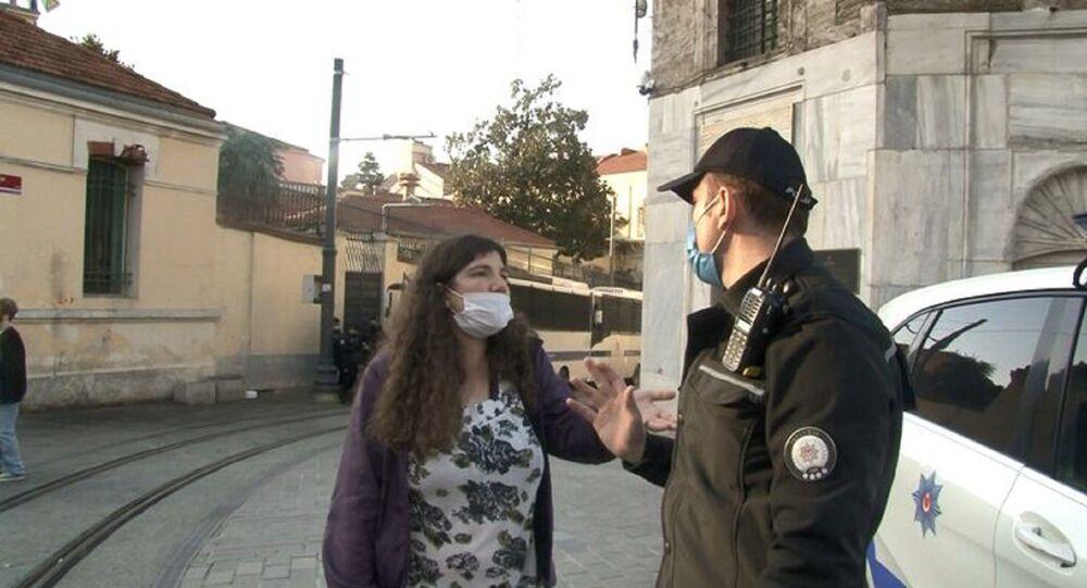 Taksim Meydanı'na girişte durdurulan genç kız