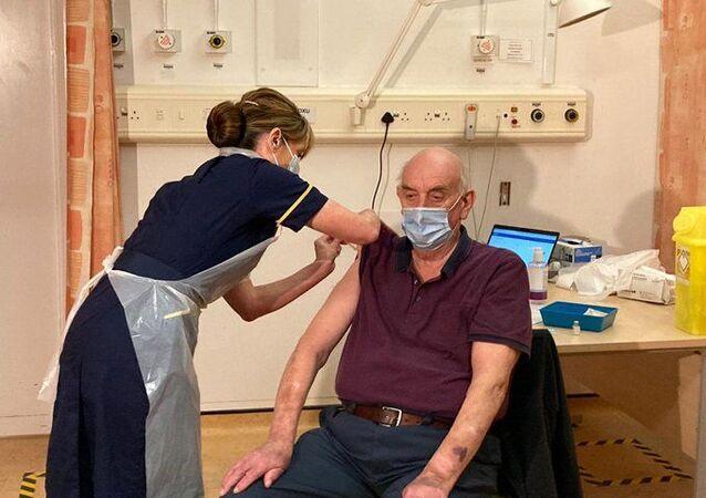 Oxford Üniversitesi-AstraZeneca aşısı ilk kez İngiltere kenti Oxford'da 82 yaşındaki diyaliz hastası Brian Pinker'a yapıldı.