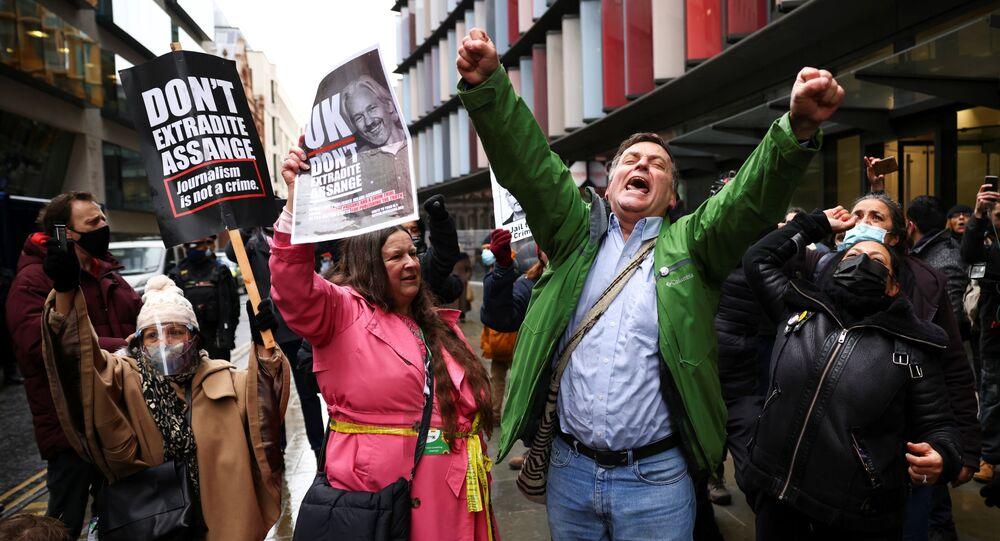 WikiLeaks kurucusu Julian Assange'ın Washington'a teslim edilmesi yönündeki talebin reddedilmesi, Londra'daki mahkeme önünde toplanan ifade, basın ve bilgi edinme özgürlüğü taraftarlarınca kutlamalarla karşılandı.