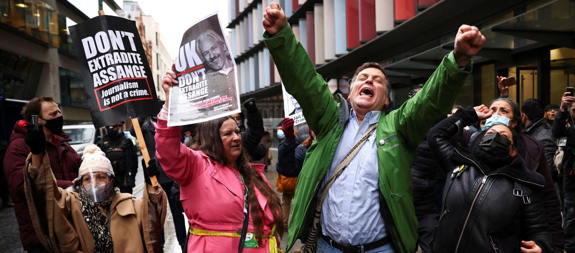 WikiLeaks kurucusu Julian Assange'ın Washington'a teslim edilmesi yönündeki talebin reddedilmesi, Londra'daki mahkeme önünde toplanan ifade, basın ve bilgi edinme özgürlüğü taraftarlarınca kutlamalarla karşılandı. - Sputnik Türkiye, 1920, 04.01.2021