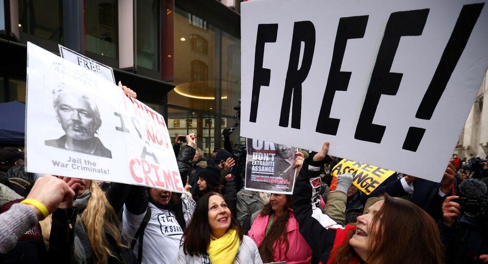 Londra'daki Merkez Ceza Mahkemesi önünde WikiLeaks kurucusu Julian Assange'ın ABD'ye iadesinin reddedilmesi kararını kutlayanlar
