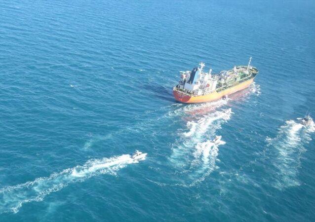 İran Devrim Muhafızları Ordusu Deniz Kuvvetleri Komutanlığı, Güney Kore bandıralı bir petrol tankerine el koyduğunu duyurdu. Suudi Arabistan'ın Cubeyl Limanı'ndan Güney Kore'ye giden geminin 7 bin 200 ton etanol taşıdığı ve Bender Abbas Limanı'na çekildiği belirtildi.