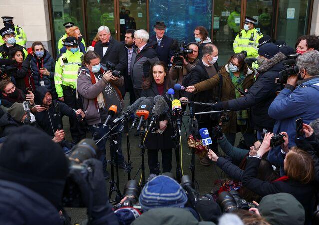 Kefaletle tahliye talebi reddedilen Julian Assange'ın hayat arkadaşı Stella Morris, Londra'daki mahkeme önünde, ABD Başkanı Donald Trump'ı WikiLeaks'in kurucusu hakkında af kararı çıkarmaya çağırdı.