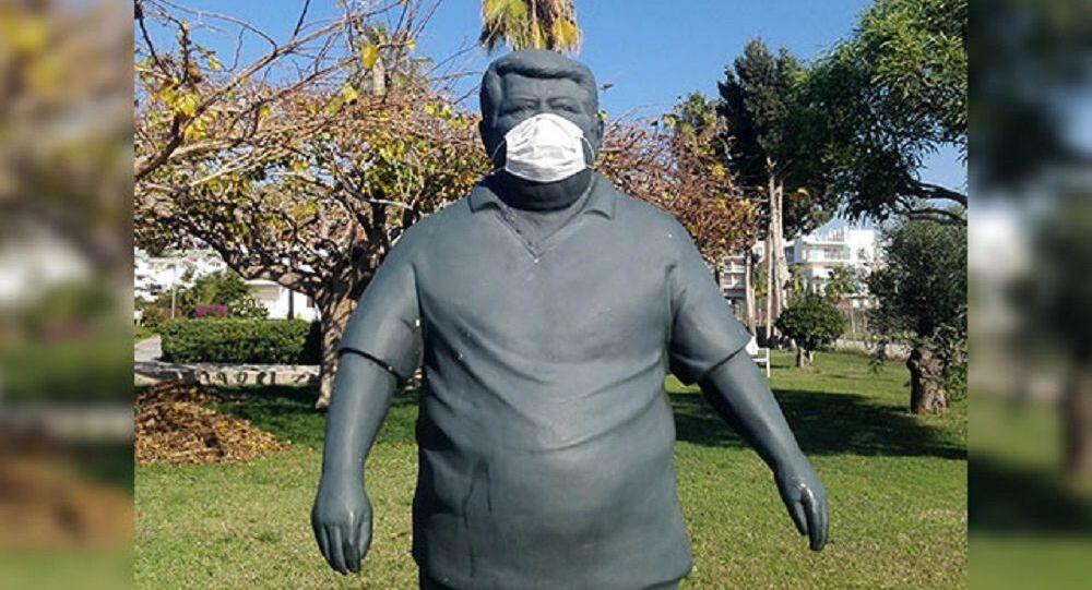 Turgut Özal'ın heykeline maske takıldı