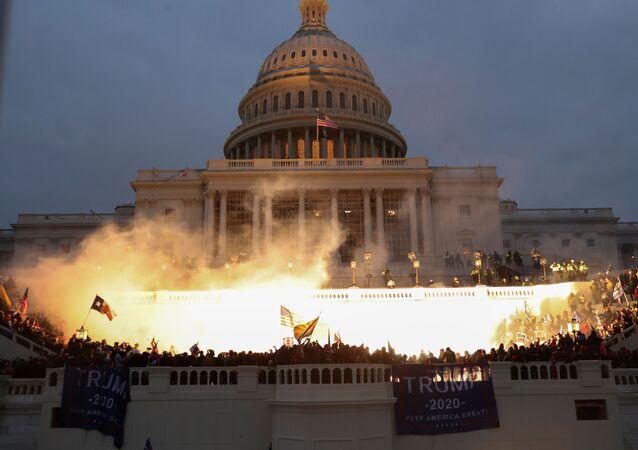 ABD Başkanı Donald Trump'ın seçim sonuçlarını tanımayarak bugün başkent Washington DC'de düzenlediği mitingin ardından, Trump taraftarları başkanlık seçim sonuçlarına görebelirlenendelege oylarının sayılıp, sonuçların resmen tescil edileceğioturumun düzenlendiği Kongre binasını bastı.
