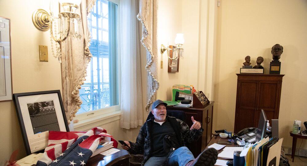Trump destekçilerinden Richard Barnett, Temsilciler Meclisi Başkanı Nancy Pelosi'nin ofisinde oturuyor.