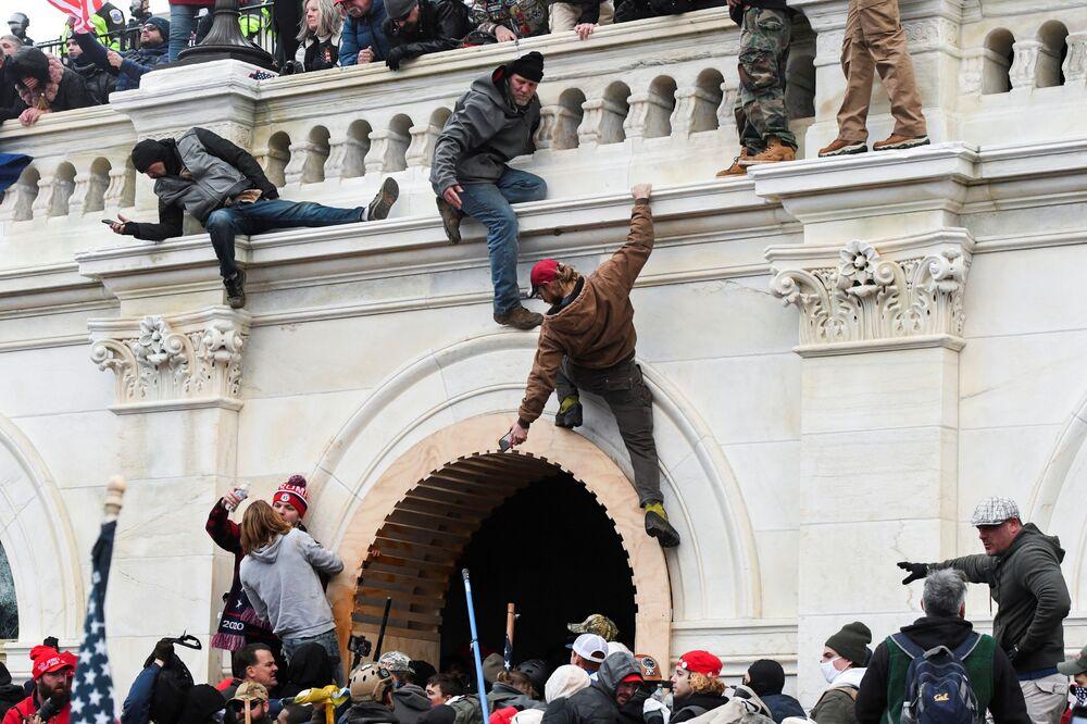 Binayı çevreleyen Trump destekçileri tırmanarak balkon üzerinden ana girişe ulaştı.